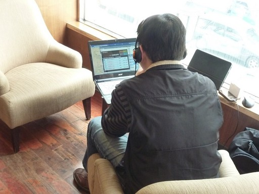 文大EMBA數位課程讓在咖啡館休憩的上班族也可以彈性上線學習。