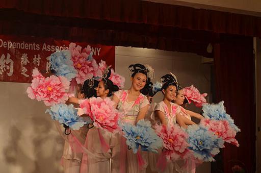 2.靈龍舞蹈團於紐約中華公所演出情形。
