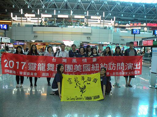 1.靈龍舞蹈團出發前於小港機場合影。