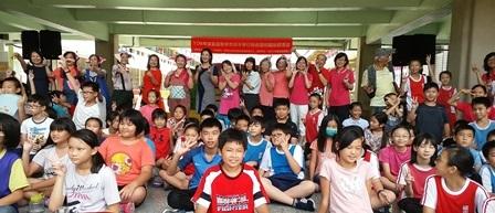 福東國小巡演圓滿成功,全體開心合影留念。