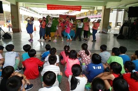 台下小朋友聚精會神,觀賞家庭教育中心志工行動劇團生動活潑的演出。