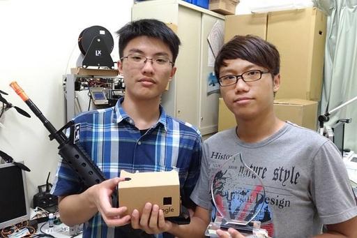 虎尾科大信息工程系陈国益副教授与多媒体设计系副教授李蕙敏团队获奖作品为一款虚拟实境交互系统,透过手机既有的感测器及图象辨识技术,以低成本的方式让使用者体验到交互性更佳的 VR (Virtual Reality,虚拟实境)感官体验。
