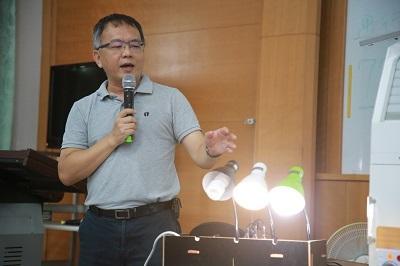 遠東科大工設系老師周德明解說作品「智慧型省電延長線」