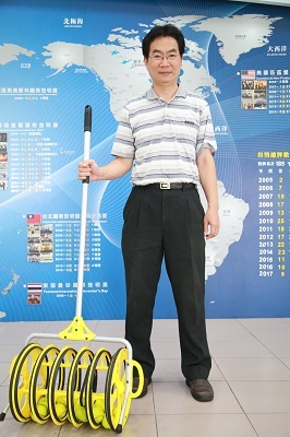 遠東科大三創教育中心主任陳玉崗手握「網球收集器」