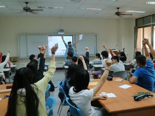 Daniel老師個性活潑風趣,在他的A day at the dormitory 課程,學生們踴躍發表自己的意見