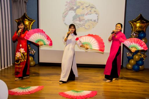 高應大深耕東南亞多年有成,是台灣第一所與越南交流的大學,也是目前越南留學生人數最多的大學。越南學生表演傳統舞蹈,祝賀即將到來的中秋佳節。