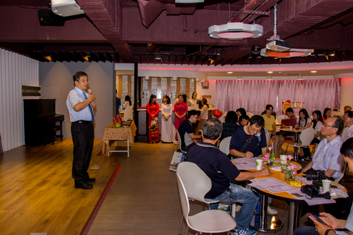 高應大校長楊慶煜(左)主持觀光系研發「月餅禮盒」發表,推崇利用在地食材與南洋香料激盪出美味的火花,成為最好的伴手禮。