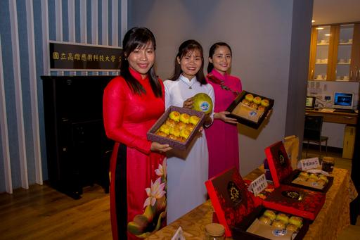 高應大觀光管理系師生研發特製「月餅禮盒」,不僅將台式綠豆椪加入南洋料理元素,連燕巢特產的西施柚也成為月餅內餡,作為校慶最佳伴手禮。