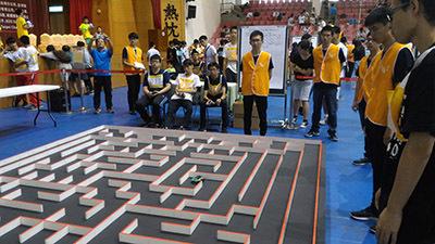 圖為「古典電腦鼠走迷宮」競賽現場。