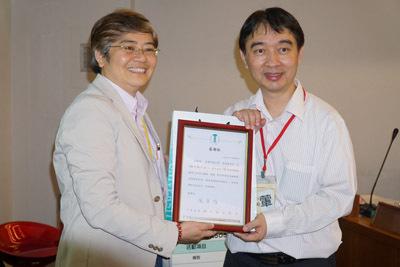 大葉大學教資中心鄭孟玉主任(左)頒發感謝狀給黃國禎教授