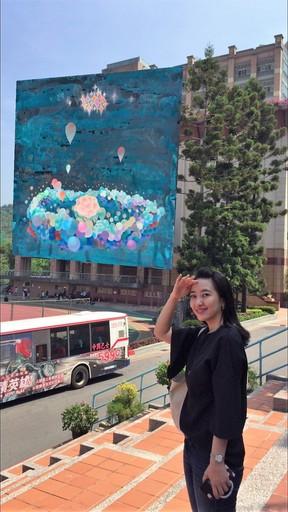 藝術家黃海欣作品《The China Wing》,運用AR技術呈現於東吳大學教學大樓牆面(圖中人物為本校畢業校友)