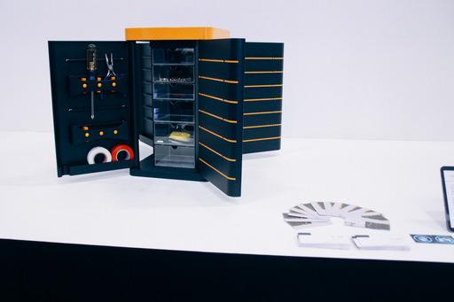 第一科大創新設計工程系畢業生蘇暐智、方薏涵以「Turn up翻轉式居家工具箱」奪德國紅點獎