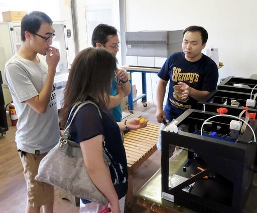 亞大創作工坊曹祖維廠長介紹商設系的3D列印的管理經驗。