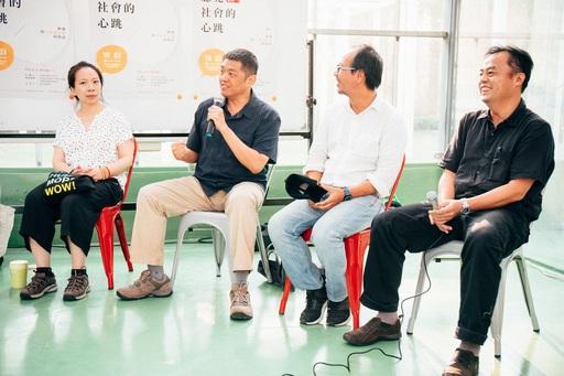 音樂工作人林強(左二)與數媒系系主任林家安、紀實攝影師許震唐、藝術策展人朱庭逸老師等人座談。