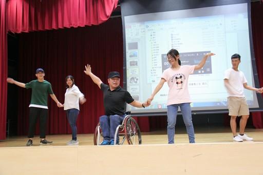 生命鬥士周凡老師(中間輪椅者)在場教導同學國標舞。