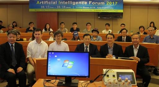 亞大舉辦人工智慧在教育的應用論壇,亞大校長蔡進發(右)與參加論壇的來賓合影。