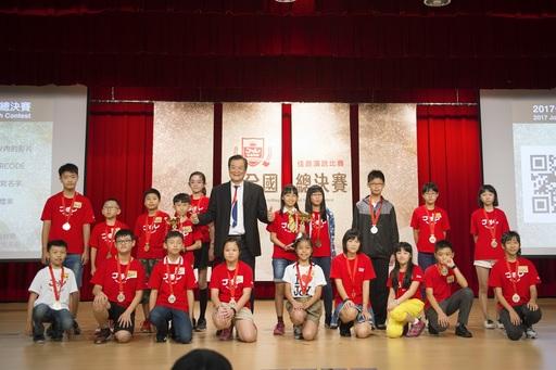 佳音英語首屆全國演說總決賽D組前三名得主與優勝選手合影。