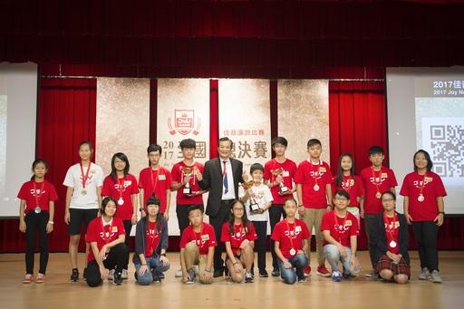 佳音英語首屆全國演說總決賽F組前三名得主與優勝選手合影。