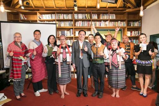 主委(中)與12個台灣原鄉特色區域產業業者代表合影。