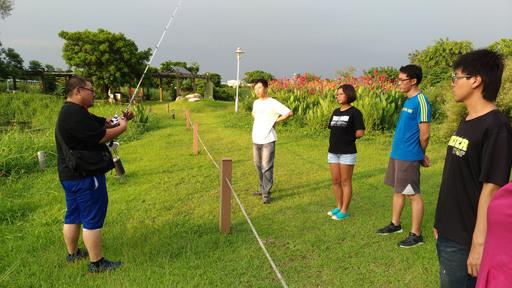 環管系學生出發前在校內生態池進行釣魚訓練