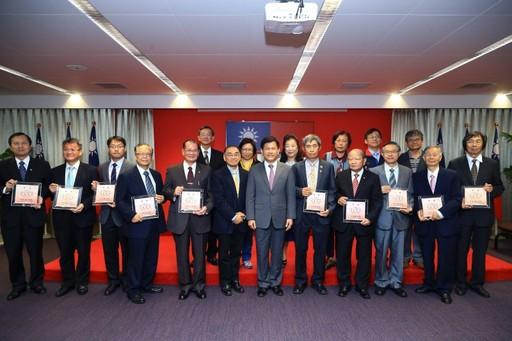 林佳龍市長在市政會議頒獎表揚榮獲「醫療貢獻獎」的10位醫師。(翻攝市政府網站)