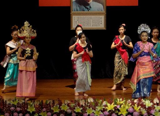 印尼交換生節慶舞祝正修52歲生日快樂。