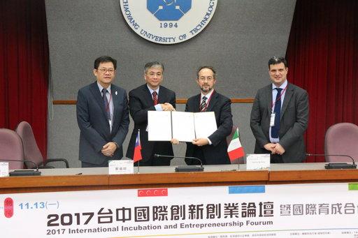 朝陽科大校長鄭道明(左二)與義大利Genova大學技轉中心代表Fabrizio Barberis(右二)簽署合作備忘錄。