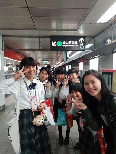 日本學生學習搭乘台北捷運。