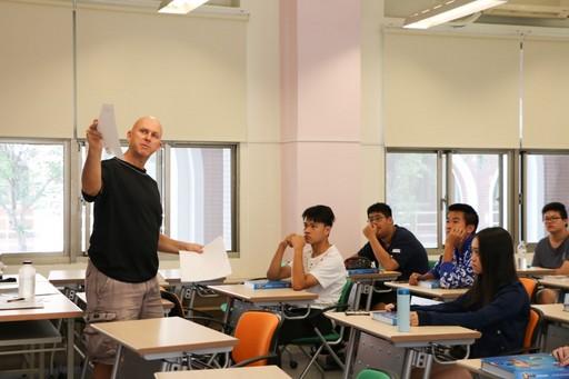 臺南市中信國際實驗教育機構(CTBC International Academy,簡稱CIA)設計語文學群、藝術學群、社會人文學群、科學學群、運動學群、生活學群等六大學群,課程內容涵括古典小說大觀園、現當代文學選讀、日文、英文文法、營隊式英文等多樣課程,是全國唯一同時開設40門多樣課程的高中教育機構