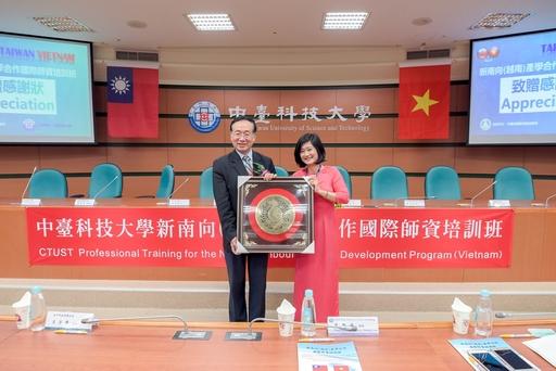 越南學員代表(左)致贈禮予中臺科大李隆盛校長(右)