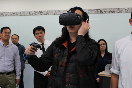 唐鳳特別對VR/AR感興趣,不斷與師生交流數位創作的設計概念