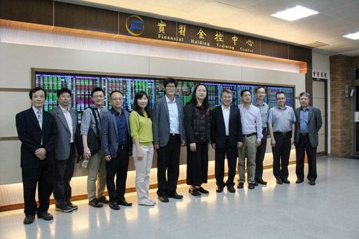 唐鳳參觀第一科大實習金控中心