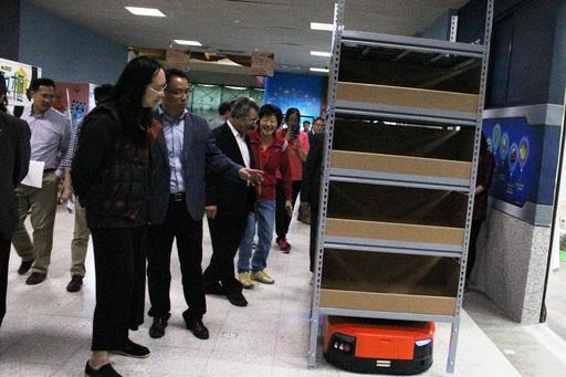 隨後唐鳳參訪智慧零售實作教學中心、智慧物流實作教學中心