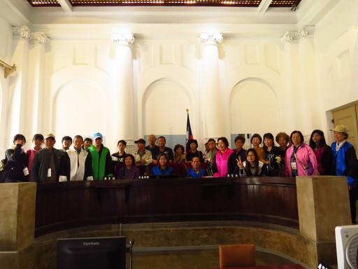 中信金融管理學院安排玉山社區長者們至台南市國定古蹟台南地方法院參訪,長者們現場試穿法袍,感受執法人員的工作與日常
