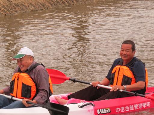 中信金融管理學院邀請玉山社區長者們體驗中金院特色活動-水上獨木舟,銀髮長者初體驗,展現體力、也展現活力