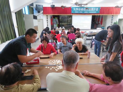 中信金融管理學院安排拉密(Rummikub)、格格不入(Blokus)、塔寶(Dobble)等簡單卻不失樂趣的桌遊活動與社區銀髮長者同遊