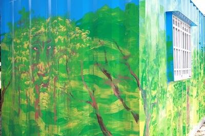 遠東科大番茄園旁貨櫃屋由創設系彩繪百年樹人、教育活水添加色彩