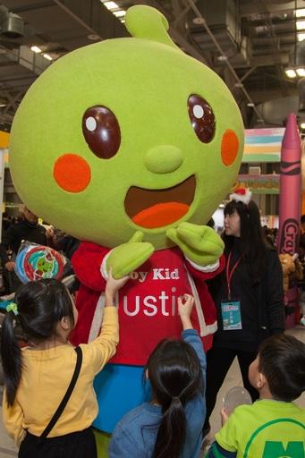 佳音英語參加親子天下Maker Party,佳音寶寶一出場就吸引小朋友的目光。