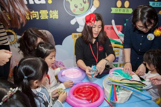 佳音英語參加親子天下Maker Party,教小朋友動手用氣球做巨型棒棒糖。