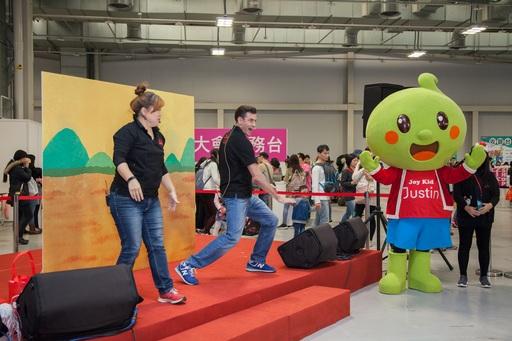 佳音英語參加親子天下Maker Party,派出專業師資,帶來英語故事「拔蘿蔔」。