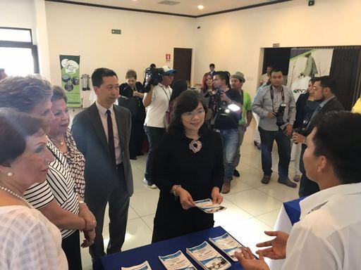 謝妙宏大使一行在伊莉莎白卡德隆會長陪同下,參觀參與該委員會創業計畫攤位展示。