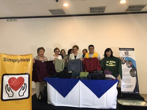 謝妙宏大使與薩前第一夫人伊莉莎白卡德隆、「幫幫忙基金會」駐薩副代表劉至哲共同主持捐贈「薩爾瓦多社會計畫委員會」三貨櫃二手衣物儀式。