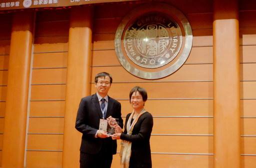 南華大學圖書館榮獲社會服務獎,右為南華大學圖書館黃素霞館長。