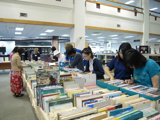 南華大學圖書館榮獲社會服務獎,圖為舉辦好書交換及義賣活動。