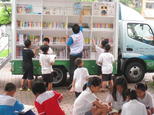 南華大學圖書館榮獲社會服務獎,圖為南華大學雲水書車,至偏鄉造福學童。