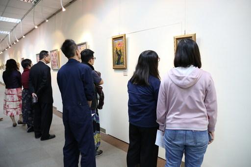 南華大學圖書館榮獲社會服務獎,圖為圖書館書扉藝廊邀請知名藝術家策展,廣受校內師生及校外人士歡迎。