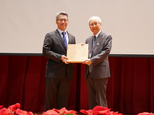 中研院廖俊智院長(左)親自頒授社團法人台灣農學會之農業學術褒獎狀予廖一久院士(右)。