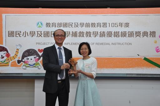 左為教育部林騰蛟次長、右為同光國小羅淑瑩老師