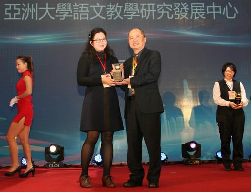 亞大磨課師課程獲頒「學習科技金質獎」,由語發中心毛元臻老師(左)代表領獎。