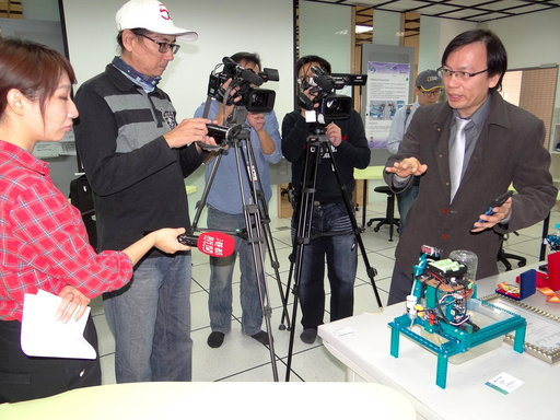 資管系師生接受媒體採訪。